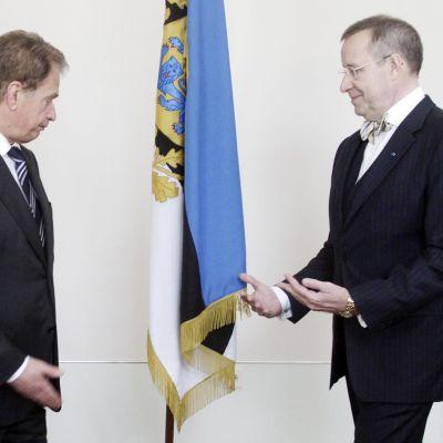 Sauli Niinistö ja Toomas Henrik Ilves tapasivat Tallinnassa huhtikuussa 2012.