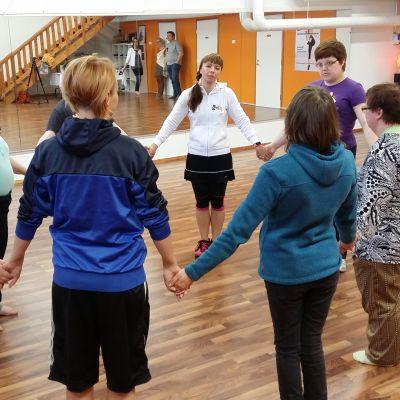 Erityisryhmä tanssitunnilla