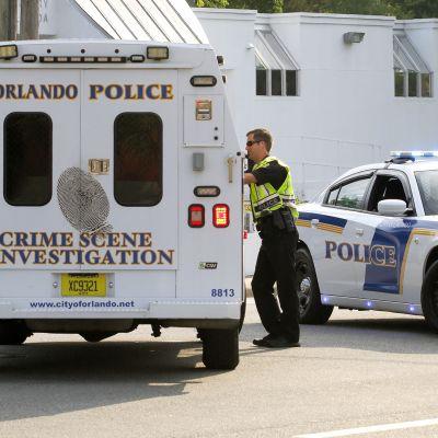 Poliisit tutkivat onnettomuuspaikkaa Floridan Orlandossa.