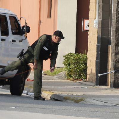 Poliisi tutkii rikkoutunutta ikkunaa yökerhon edustalla Orlandossa.