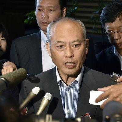 Tokio kurvernööri Yoichi Masuzoe kertoi toimittajille viime elokuussa Tokion uuden stadion rakennussuunnitelmista. Tänään keskiviikkona hän jätti tehtävänsä verorahojen väärinkäyttösyytösten vuoksi.