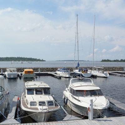 Veneitä Kemin Sisäsataman laiturissa.
