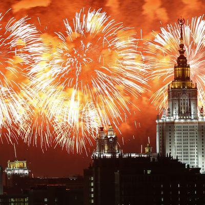 Ilotulitus valaisee Moskovan taivasta.