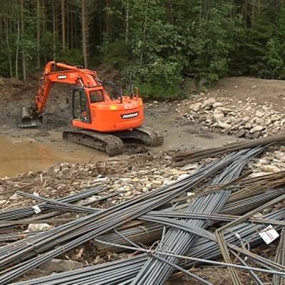Hirvijärven tekojärven täyttökanavan työpato ja kaivinkone.