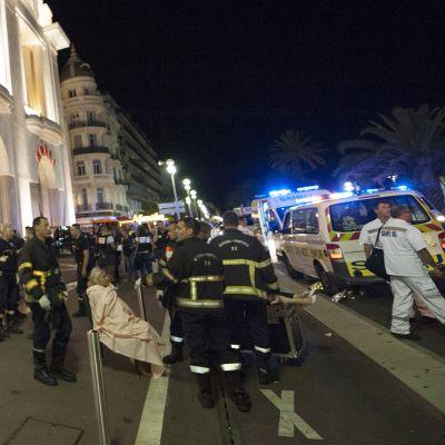 Pelastushenkilökuntaa kadulla Nizzassa.