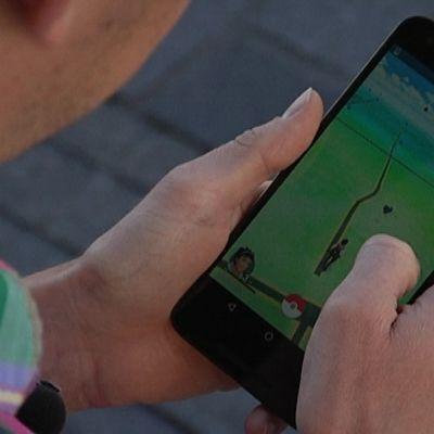 Pokémon Go -peli kännykän ruudulla.