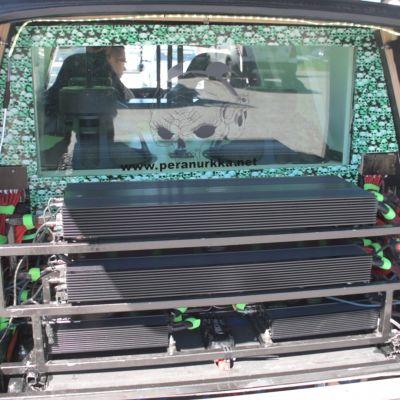 Vahvistimia autossa.