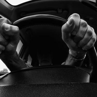 Kädet tiukasti puristettuna rattiin.