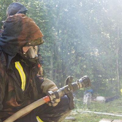 Palomies valmistautuu savusukellukseen