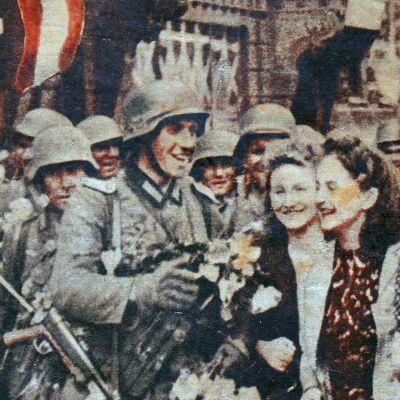 Saksalaisia sotilaita ja siviilinaisia.