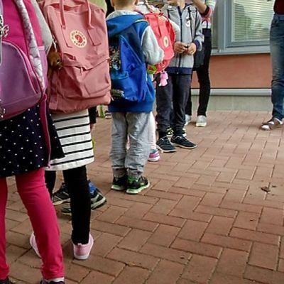 Ensimmäinen koulupäivä ekaluokkalaisille.