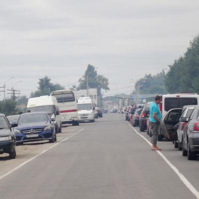 Autoja jonossa tien molempiin suuntiin.