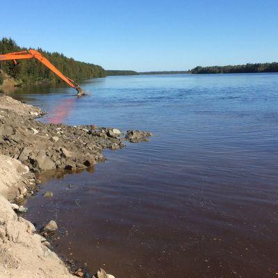 Ruoppauskaivinkoneet Kemijoen rantatörmällä Tervolan Louella.