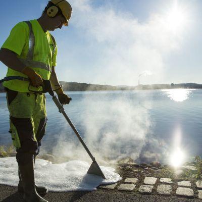 Ekologinen torjuntamenetelmä prustuu kuumaan veteen, jossa on hiieman maissisokeria.