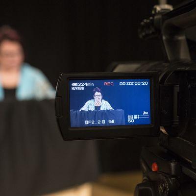 Mari-Liisa Haka lukee Toholammin uutisia kameralle.