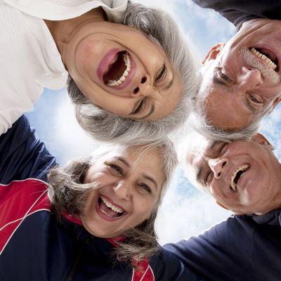 Vanhuksia nauramassa
