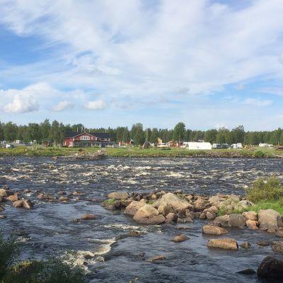 Ruotsin puolen Kukkolankoski Suomen puolelta joen yli nähtynä.