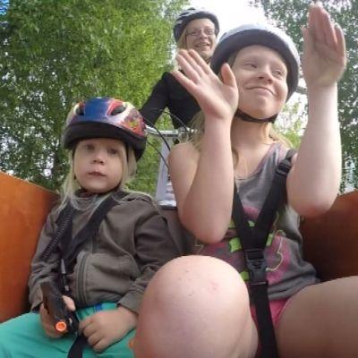 Lastipyörässä on turvavyölliset paikat neljälle lapselle.