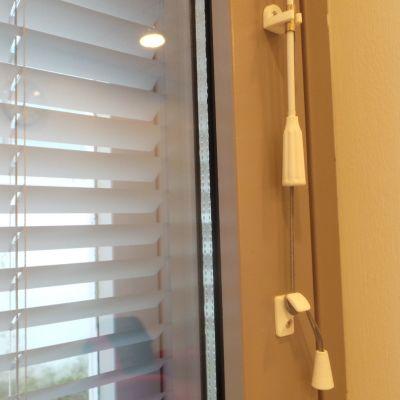 sälekaihtimen naru on sidottu pikalukolla ikkunan reunaan