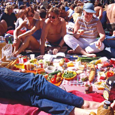 Pori Jazzin piknikillä on pitkät perinteet. Festivaaleilla vietettiin iloista ja helteistä konserttipäivää vuonna 1984.