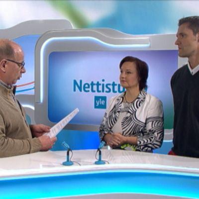 Anne Kalmari (kesk.) ja Sinuhe Wallinheimo (kok.) Yle Keski-Suomen nettistudiossa.