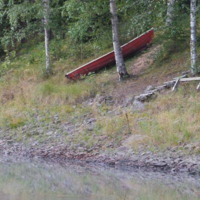vene ja laituri ovat jääneet kuivalle maalle joen rannalla