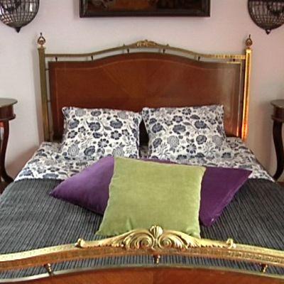Makuuhuoneen iso sänky.