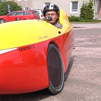 Urpo Taskinen velomobiilissaan
