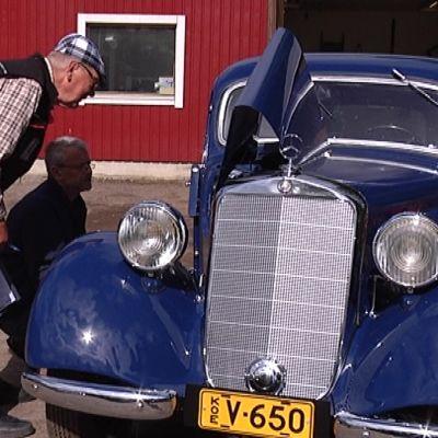 Museoajoneuvotarkastajat käyvät läpi entisöityä Mercedes-Benziä