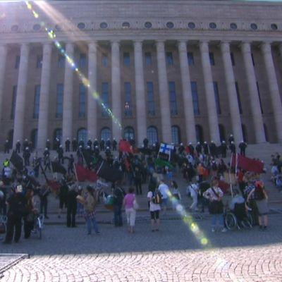 Eduskuntatalon eteen kerääntyi viime perjantaina parisataa mielenosoittajaa.