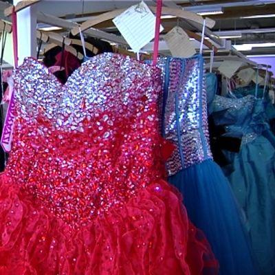 Punainen mekko vaateliikkeessä.