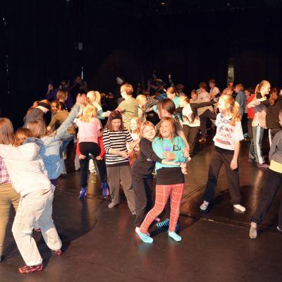 Koululaisia tanssimassa