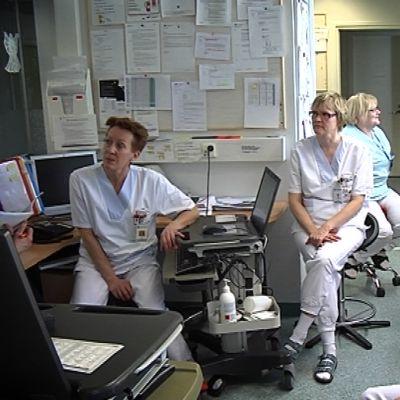 Sairaanhoitajia Ähtärin sairaalassa.