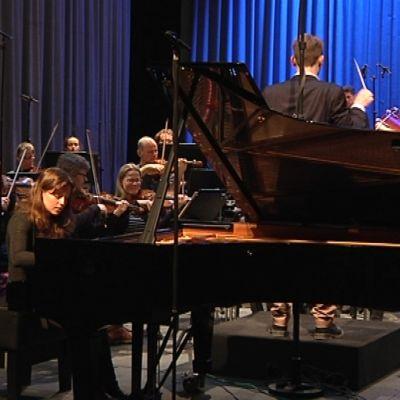 Pianisti ja orkesteri soittamassa.