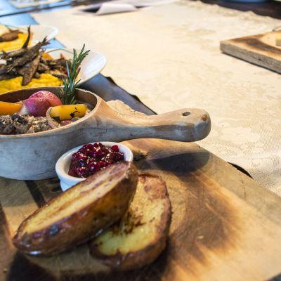 Ruoka-annoksia esillä pöydällä