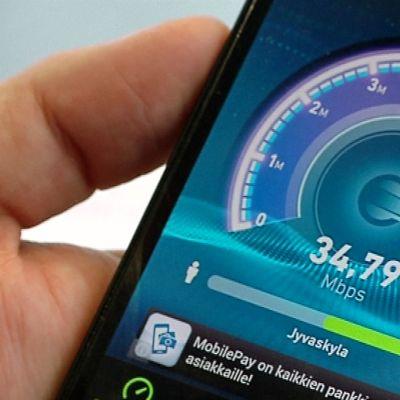 Nettiyhteyden nopeustesti älypuhelimen näytöllä.