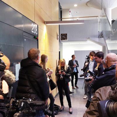 Asema-aukion pahoinpitelyjutun vangitsemisoikeudenkäynti alkoi salaisena Helsingin käräjäoikeudessa.