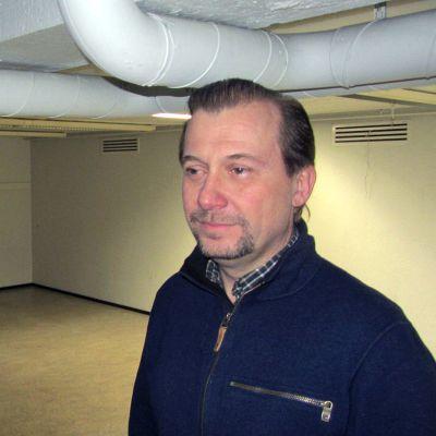 Hannu Lehtonen seisoo Lahden konserttitalossa sijaitsevassa matalassa huoneessa.