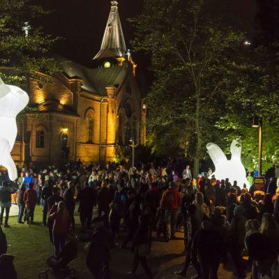 Australialaisen Amanda Parerin jättiläispuput saivat kansan liikkeelle.