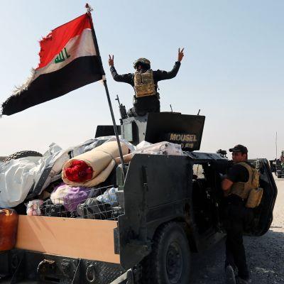 Irakin armeijan erikoisjoukkojen jäseniä Hamdanijan kaupungin lähellä Mosulin itäpuolella.