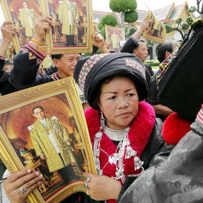 Thaimaalaiset surijat kokoontuvat muistamaan kuningas Bhumibol Adulyadejia Bangkokissa.
