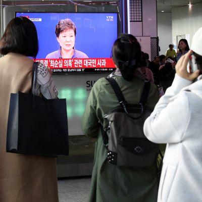 Eteläkorealaiset seuraavat juna-asemalla Soulissa presidentti  Park Geun-heen julkista anteeksipyyntöä.