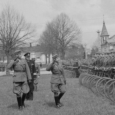 Rannikko prikaatin komentaja eversti Heiro tarkastaa pataljoonan. Eversti Heiron seurassa JP 6:n komentaja everstiluutnantti Peitsara, esik.pääl.komentaja Göransson ja kapteeni Ristiluoma. Kuva päivätty 22. toukokuuta 1944.