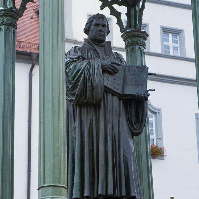 Lutherin patsas seisoo Wittenbergin vanhan raatihuoneen edessä.
