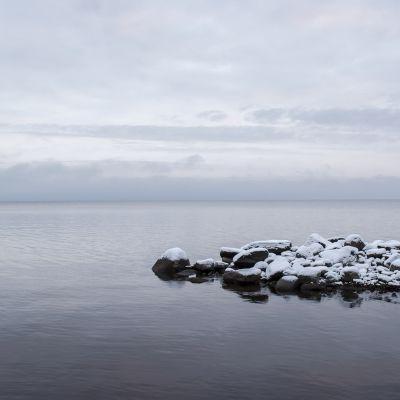 Oulujärvi sulana, ensilunta kivillä.