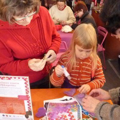 Yhdessätekeminen yhdistää eri sukupolvet. Viisivuotias Sara Nissinen oli tullut tilkkurekkaan mummonsa kanssa.