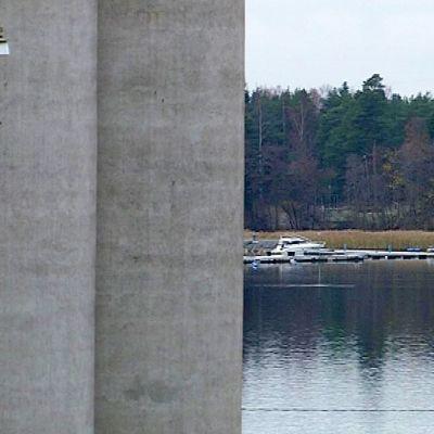Betoniset siilot peittävät merinäköalan