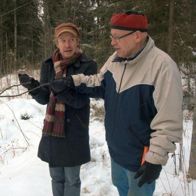Einari ja Veikko testaavat elokuvassataikavarpua.
