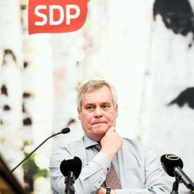 Antti Rinne SDPn puoluevaltuuston kokouksessa.