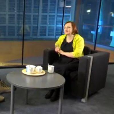 Anne Kalmari Yle Jyväskylän Nettistudiossa.